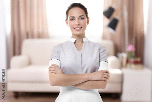 Fotografía  Chambermaid standing on living room background