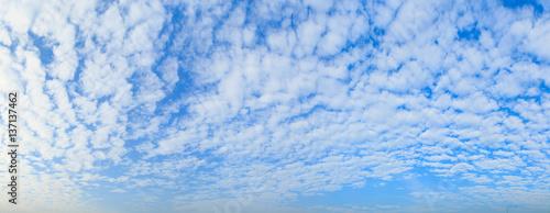 Photo Altocumulus cloud fluffy on blue sky beautiful in nature.