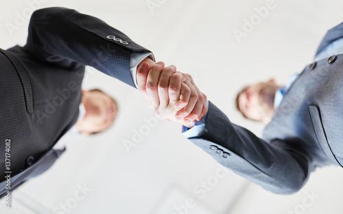 Photo Geschäftsleute machen Business Handschlag
