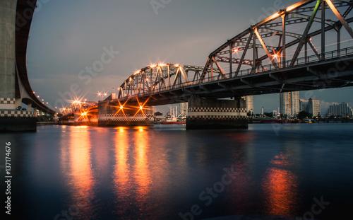 Staande foto Sydney Iron bridge over the river at night