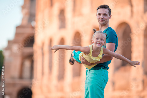 Photo  Happy father and little adorable girl in Rome during summer italian vacation bac