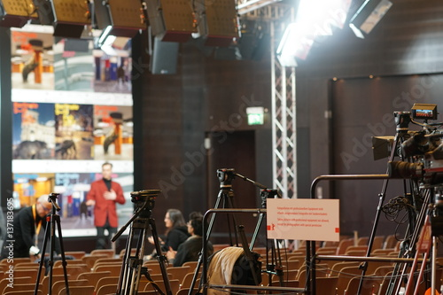 Photographie Berlin, Germany - February 13, 2017: photographers and cameramen equipments in empty conference hall