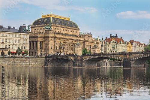 Poster Berlin Stadtbild von Prag mit dem Nationaltheater und dem Fluss Moldau