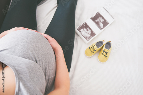 Photo  Young pregnant woman relaxing on sofa