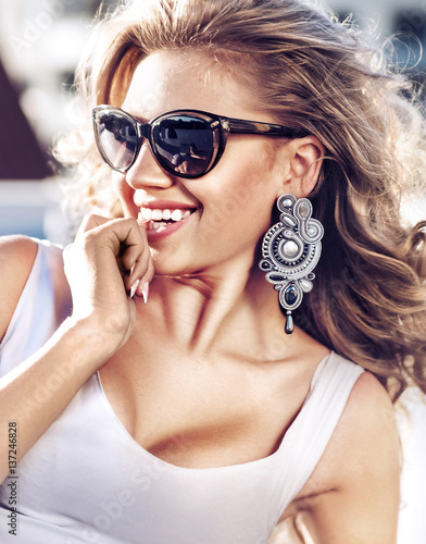 Photo  Portrait of a sensual blonde with a holywood smile