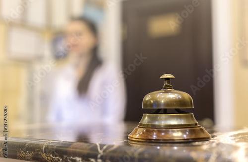 Plakat recepcja z dzwonkiem