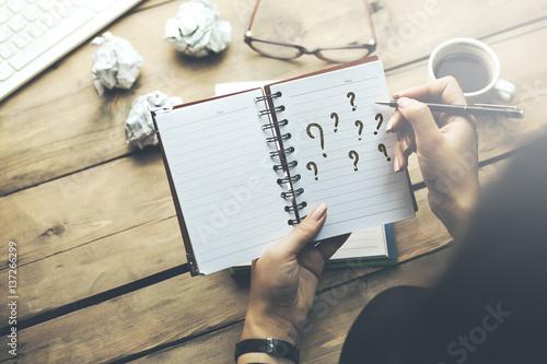 Foto  woman written question mark on notepad