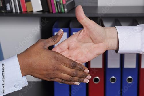 Poignée de main homme blanc caucassien et femme noire dans un