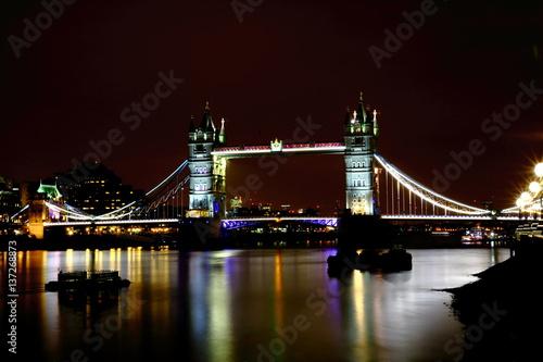 tower-bridge-zwodzony-most-w-londynie-nocna-sceneria