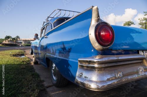 Fotografija  Blue oldtimer taxi rear view in Cuba