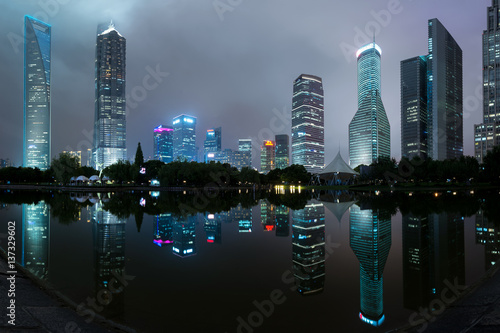 Photo  Panorama of Shanghai skyscraper buildings and reflection in lake in century park
