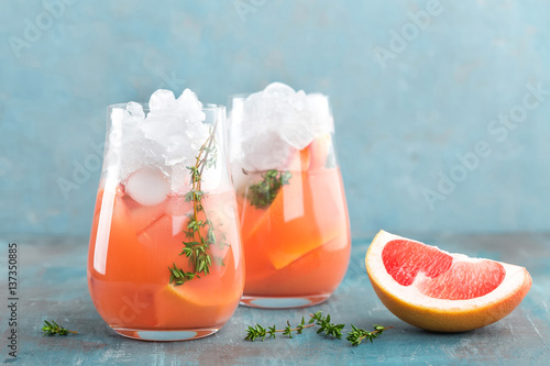 Photo  Grapefruit and thyme gin cocktail, refreshing drink with ice