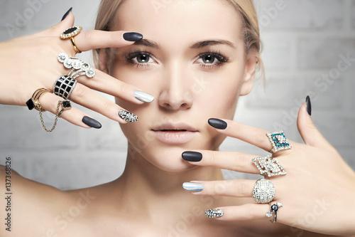 fototapeta na szkło fashion woman with jewelry and manicure