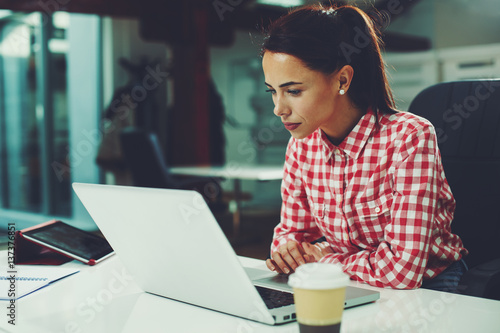 Obraz Young woman working on laptop in the office - fototapety do salonu