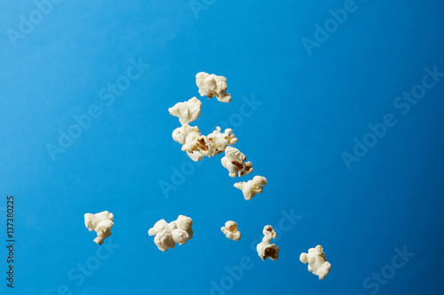 Photo Pop corn in aria su fondo colorato