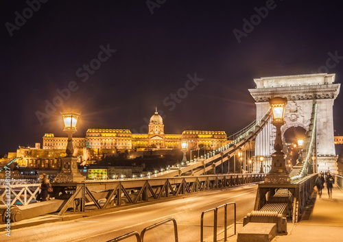 Staande foto Athene Night view of the Szechenyi Chain Bridge over Danube River and Royal Palace in Budapest