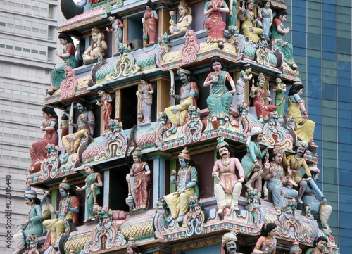 Photo  Multicolored statues of hindu gods between Singapore's skyscrapers