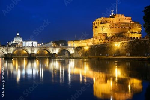 zamek-swietego-aniola-widziany-z-brzegu-rzeki-tyber-zdjecie-wykonane-w-godzinach-nocnych