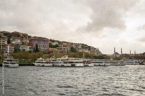 Plakat Istanbuł Widok w okropnym dniu z chmurą, Turcja.
