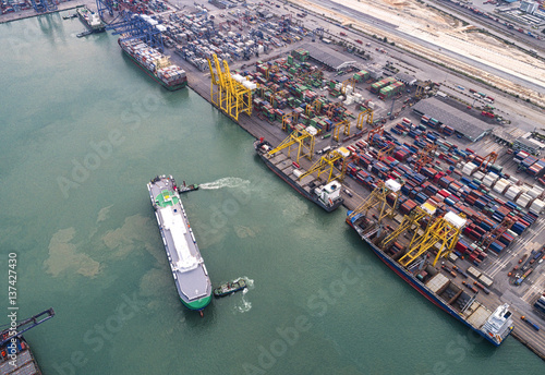 Pinturas sobre lienzo  The busy of port congestion loading and discharging  containers services in mari