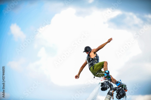 La pose en embrasure Nautique motorise man on flyboard.