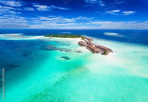 Photo Panorama einer Insel auf den Malediven im Süd Ari Atoll mit türkisem Wasser