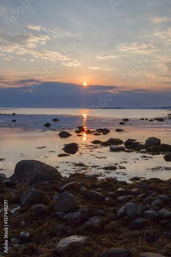 Foto op Canvas Candy roze Солнце садится в тучи на мысе Лабиринтов Большего Соловецкого острова