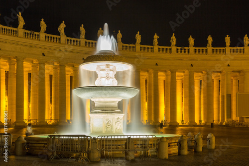 Photo One of the fountains at St. Peter's Basilica in Rome.
