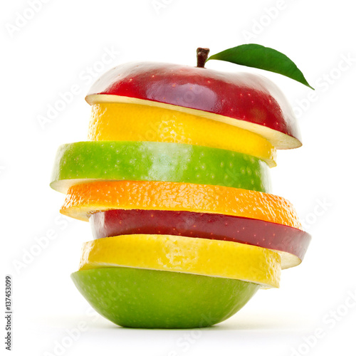 Keuken foto achterwand Vruchten Bunte Früchte in Scheiben.Stapel Obst isoliert