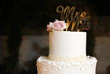Elegante Torta Bianca Con Scritto Mr&mrs Con Rosa Affianco