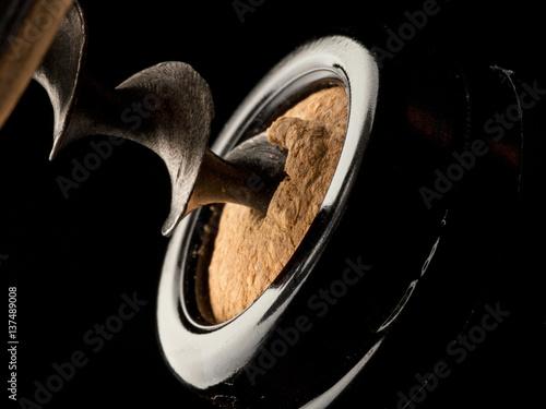 Fotografía dettaglio cavatappi nel tappo di sughero di una bottiglia di vino rosso