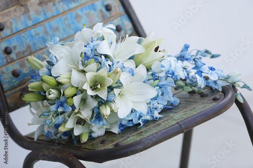 Fiori Azzurri.Bouquet Da Sposa Con Fiori Azzurri Verdi E Bianchi Appoggiato Su
