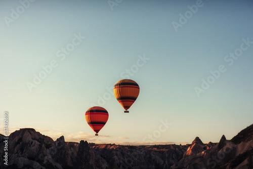 Plakat Grupa kolorowe balony na gorące powietrze przeciw błękitne niebo