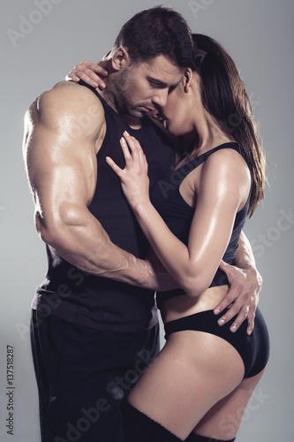 Plakat Namiętna kobieta i mężczyzna w studiu