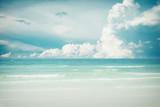 Rocznik tropikalna plaża (seascape) w lecie. Krajobraz nadmorski. ton koloru efekt vintage. - 137530244