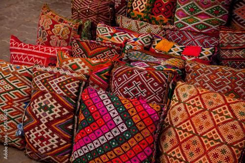 Kolorowe poduszki na bazarze w Marrakeszu