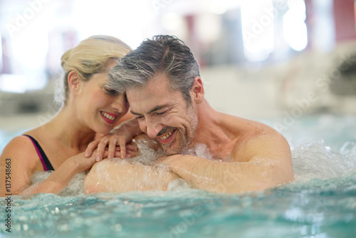 Couple relaxing in thalassotherapy hot tub Fototapete