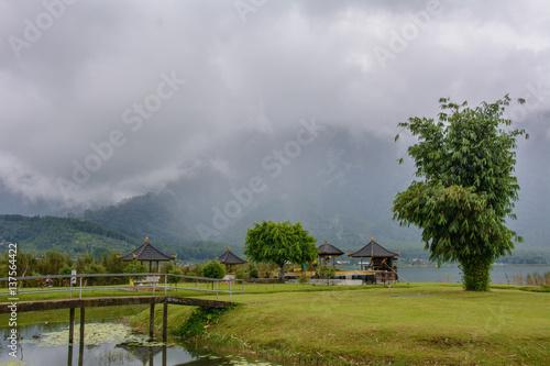 In de dag Temple Foggy Lake Bratan, Bedugul Bali Indonesia