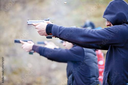 Vászonkép  Arme de poing braquée et tir