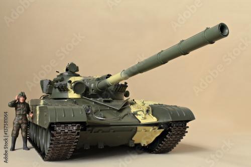 Plakat dowódca postaci Stoi na modelu Panzer T-72
