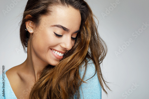 Fotografia  Portrait of a young woman with a beautiful smile