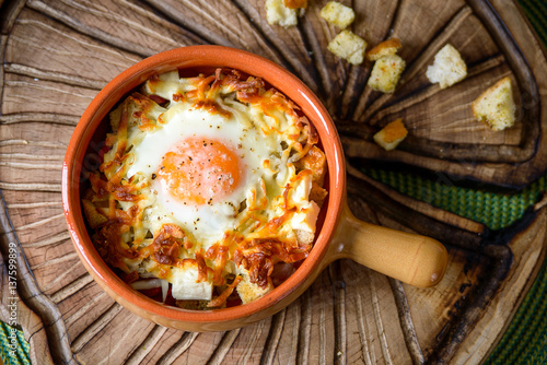 Deurstickers Gebakken Eieren eggs baked with vegetables and crackers