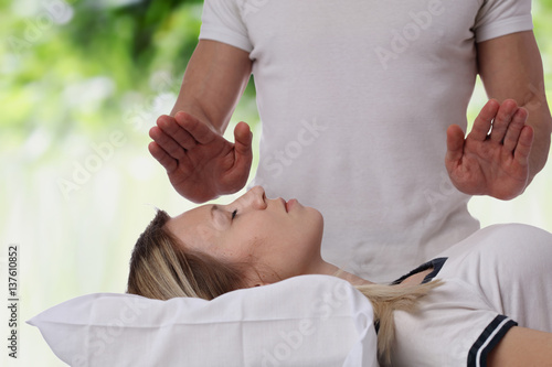 Photo  Woman having reiki healing treatment , alternative medicine concept