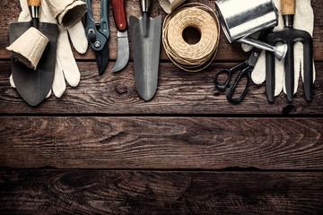narzędzia ogrodnicze na ciemnym tle drewniane z miejsca na tekst widok z góry