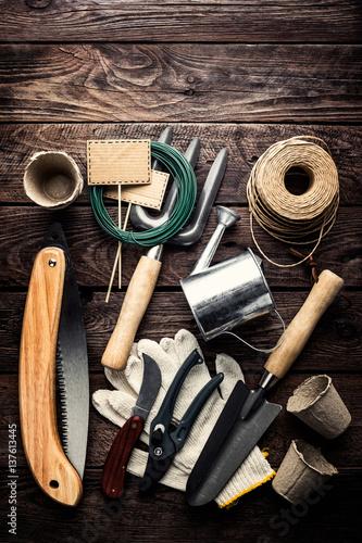 Plakat narzędzia ogrodnicze na ciemnym tle drewniane z miejsca na tekst widok z góry
