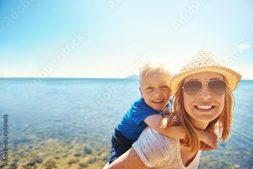 Plakat Kobiety mienia syn na plecy na nadmorski