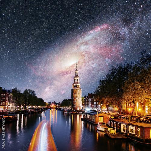 niesamowita-noc-w-amsterdamie-plynacy-statek-po-kanale-na-tle-nieba-pelnego-gwiazd
