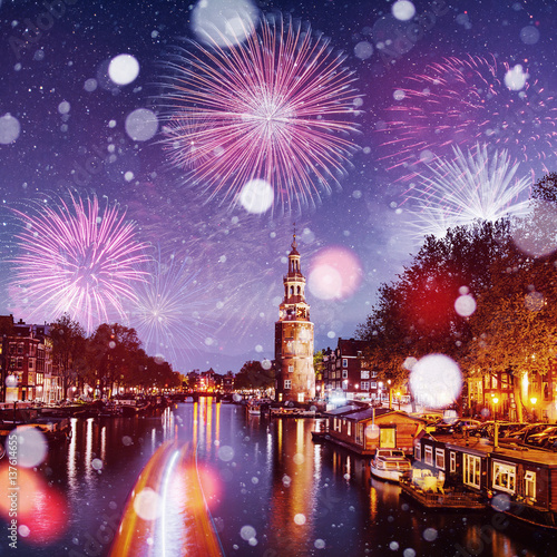 Photo  Beautiful night in Amsterdam.  illumination of buildings an