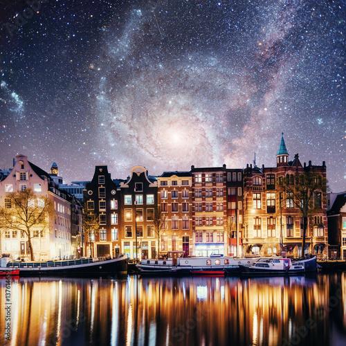 oswietlone-budynki-w-amsterdamie-noca-na-tle-magicznego-nieba