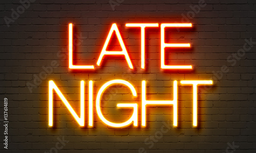 Photo  Late night neon sign on brick wall background.